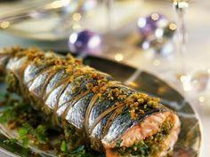 Новогодние рецепты. Фаршированный лосось. Великолепный, нежный лосось, фаршированный миндалем и зеленью.