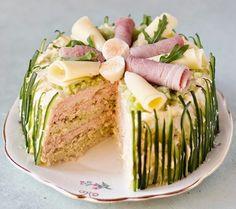Круглый торт-корзина с ветчиной и сыром