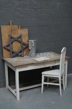 Brocante houten keukentafel met een wit onderstel. Het prachtige geleefde tafelblad heeft wat grijs accenten. Ook ideaal te gebruiken als bureau!  Alles van WWW.OLD-BASICS.NL : webshop vol brocante, landelijke, vintage en industriële meubels!
