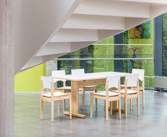 Tafels en stoelen van Woodi in een middelbare school. Creatief en natuurlijk design.