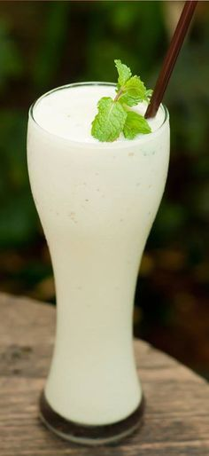 """""""Smoothie de coco"""" INGREDIENTES 350 ml de crema de coco (sin endulzar) 200 ml de leche de coco natural ¾ taza de endulzante (si quieres puedes hacerlo menos calórico con Splenda) 1 taza de coco rallado deshidratado Una cucharada de esencia de vainilla ½ taza de agua natural 3 tazas de hielo frappé Hojas de menta PREPARACIÓN 1. En una licuadora coloca todos los ingredientes hasta obtener una mezcla homogénea. 2. Vierte en vasos. 3. Si deseas, decora con hojas de menta fresca."""