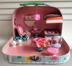 Eergisteren bedacht ik me dat ik nog een leuk koffertje van de Hema heb, waar ik toch echt wel wat leuks mee moet doen. En daarna zag ik op Pinterest een hele leuke gehaakte caravan. 1 + 1 = een ca…