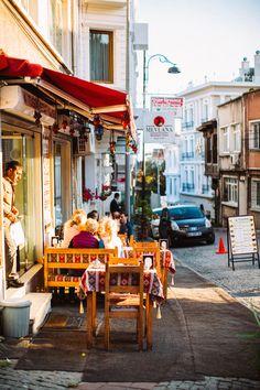 Улететь в Стамбул на лонг викенд.  Во-первых, это красиво! Ведь что может быть прекрасней первых дней осени? А когда осень приходит в края, где всё до кончиков пальцев пропитано яркими красками? Поэтому вырваться на четыре дня в середине сезона в этот город оказалось идеальным решением.... Long Weekend, Travel Photography, Street View, Inspiration, Biblical Inspiration, Inspirational, Inhalation, Travel Photos