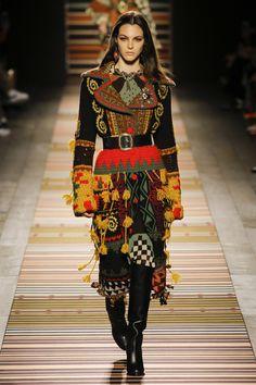 The complete Etro Fall 2018 Ready-to-Wear fashion show now on Vogue Runway. Fashion Moda, Fashion Week, Runway Fashion, Boho Fashion, High Fashion, Fashion Trends, Milan Fashion, Fashion Ideas, Vintage Fashion