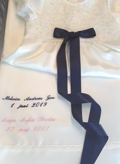 Syskonbroderi till dopklänning Baby Christening Gowns, Small Letters, Old Dresses, Font Styles, Text Color, White Fabrics, Suits You, New Product, Machine Embroidery