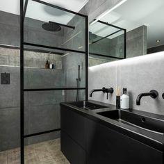 Mat zwart is helemaal in en dat weet Sani4all maar al te goed! Vandaar ook deze luxe badkamer met meerdere mat zwarte elementen zoals de inbouwkranen, designradiator, de douchewand en het prachtige badmeubel. Afgemaakt met een prachtige vloer van gave decortegels. De badkamer is dus een en al design en luxe! Wauw! Scandinavian Style, Double Vanity, Future House, Interior Inspiration, Toilet, Sink, Sweet Home, Bathtub, House Design