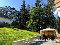 Härligt gröna gräsmattan i slänten. Försöker bygga o. Robotgräsklipparen så att den ska klara av baksidan. Det har varit ett helt sommarprojekt!! ❤️🌱🙂 Ska