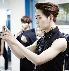 Lee Jin Ki (Onew) on Check it out! Jonghyun, Programa Musical, Lee Jinki, Taking Selfies, Korean Boy Bands, Gorgeous Men, Beautiful, Asian Men, Korean Singer