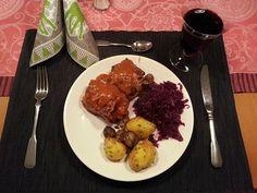 Auch bei Mimi ging es klassisch weihnachtlich zu: mit gepimpten Wheaty-Rouladen, Rotkohl und Bratkartoffeln mit Maroni