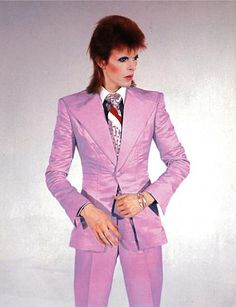 David Bowie in a pink suit during Ziggy Stardust days Angela Bowie, Ziggy Stardust, Lady Stardust, Mick Jagger, Stevie Nicks, Rod Stewart, Freddie Mercury, Rolling Stones, Bowie Life On Mars
