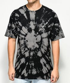 Hand dyed offering every shirt a unique composition, HUF introduces their Triple Triangle Black Washed T-Shirt. Screen printed with the brand's iconic triple triangle logo graphic found on the front left chest and back in a contrasting white. Simple Shirts, Cool T Shirts, Tie Dye Designs, Shirt Designs, Tie Dye Crafts, Tie Dye Techniques, Tie Dye Fashion, Bleach Tie Dye, Tie Dye Colors