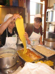 La preparazione delle lasagne alla bolognese