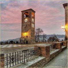 Tramonti silenziosi. La #PicOfTheDay #turismoer di oggi passeggia solitaria per il borgo di #Castelvetro di #Modena. Complimenti e grazie a @enricochiari / Quiet sunsets. Today's #PicOfTheDay #turismoer takes a solitary stroll through the hamlet of #Castelvetro di #Modena. Congrats and thanks to @enricochiari