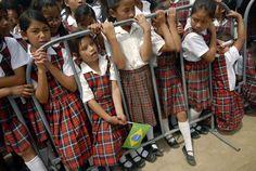 Die Eltern der Grundschüler in der Stadt Vitoria da Conquista im Nordosten Brasiliens wissen jetzt ganz genau, ob ihre Kinder zur Schule gehen oder ob sie den Unterricht schwänzen. Schon knapp die Hälfte der Schüler zwischen 4 und 14 Jahren wurden mit neuen T-Shirts für die Schuluniform ausgestattet, in denen Ortungschips eingenäht sind. Das teilte der Leiter des Schulamtes der Stadt, Coriolano Moraes, mit.