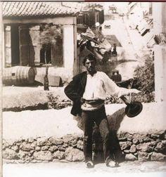 η μοναδική ίσως φωτογραφία αυθεντικού Κουτσαβάκη στην Πλάκα της δεκαετίας του 1880 Vintage Pictures, Old Pictures, Atlantis, Old Time Photos, Greece Pictures, Old Greek, Architecture People, Greek History, Good Old Times