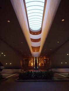 マリン群庁舎/サンフランシスコ。フランク・ロイド・ライト唯一の公共建築にして遺作、らしい。宇宙船みたいな庁舎!  いやぁ、この建築は本当に素晴らしかった。50年たってこの斬新さ。