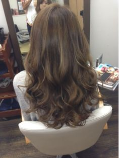 Pin by Lee Art on Girl 長髮大捲 in 2019 Curled Hairstyles For Medium Hair, Permed Hairstyles, Pretty Hairstyles, Asian Hair Wavy, Medium Hair Styles, Curly Hair Styles, Korean Hair Color, Hot Hair Colors, Hair Arrange
