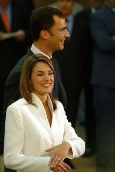 La periodista Letizia Ortiz Rocasolano muestra a los medios de comunicación su alianza el día en el que los príncipes de Asturias anunciaron su compromiso matrimonial, el 6 de noviembre de 2003.