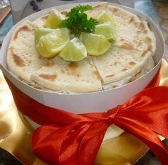 Bonjour les momozamis! J'ai fait un test pour mon apéro pour le jour de Noël,emporté hier soir chez des amis,il a été validé par ceux-ci donc je peux enfin taper la recette... Un pain surprise au pain polaire et des tartinades marines légères qui sort... Sandwich Cake, Sandwiches, Pain Surprise, Hummus, Camembert Cheese, Ceux Ci, Pudding, Ethnic Recipes, Desserts