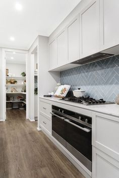 Kitchen Ikea, New Kitchen, Kitchen Decor, Kitchen Paint, Layout Design, Küchen Design, Kitchen Splashback Tiles, Kitchen Flooring, Kitchen Counters