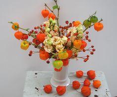 Orange Pearl - Blumenabo von StarFlower Mit den Früchten des Herbstes in flammenden Orangetönen senden wir Ihnen diese Woche den goldenen Herbst nach Hause. Planter Pots, Vase, Orange, Home Decor, Autumn, Flowers, Decoration Home, Room Decor, Vases