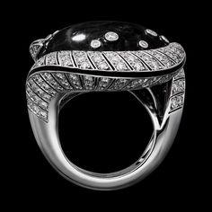 "CARTIER. ""Mamba Snake"" Ring - white gold, one 59.13-carat cabochon-cut black sapphire from Kenya, black lacquer, brilliant-cut diamonds. #Cartier #ÉtourdissantCartier #2015 #HauteJoaillerie #HighJewellery #FineJewelry #BlackSapphire #Diamond"
