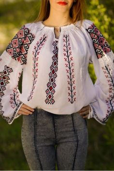 Ie romaneasca model Aida Embroidery Patterns, Hand Embroidery, Cross Stitch Patterns, Palestinian Embroidery, Embroidered Blouse, Crop Tops, Womens Fashion, 8 Martie, Clothes
