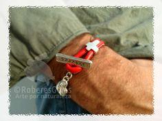 Pulsera Formentera. Cuero cosido rojo y una cruz.
