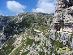 Rifugio Papa e sentiero delle gallerie del Pasubio sulla destra