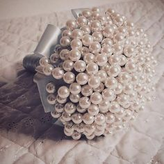 Buquê de Pérola (noiva) Cake Bouquet, Beach Themes, Cabo, Flowers, Diy, Pearl Bouquet, Brooch Bouquets, Wedding Bouquets, Hanging Medals