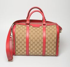 A classic with a twist: this medium size bag, with the famous Gucci logo, has red details that make it very original. Discover the discount in the cart with HAPPY BAG! http://flooly.com/gb/gucci-medium-fabric-bag/13271