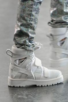 Haute Kills — Hood by Air s/s 2015 Moda Sneakers, Casual Sneakers, Sneakers Fashion, Fashion Shoes, Shoes Sneakers, Mens Fashion, Street Fashion, Hype Shoes, Dream Shoes