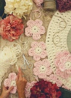 Crochet with Trapillo hand woven carpet model Camelia. This Pin was discovered by Tub Crochet Mat, Crochet Carpet, Crochet Cross, Crochet Home, Crochet Doilies, Crochet Flower, Crochet Designs, Crochet Patterns, Diy Crafts For Home Decor