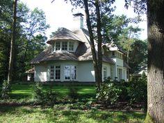 Witte rietgedekte woning in Beekbergen(2) - 01architecten - Ontworpen door Dennis Kemper tijdens de periode dat hij bij EVE-architecten werkte.