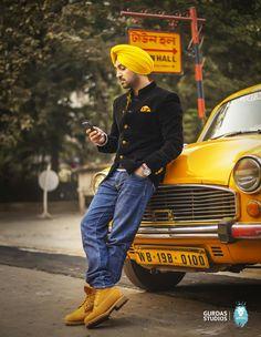 Diljit Singh Dosanj, Actor, singer and comedian of Punjabi Cinema. Gents Suits, Boy Fashion, Mens Fashion, Turban Style, Boy Poses, Couple Posing, Couple Dps, Men Formal, Sharp Dressed Man