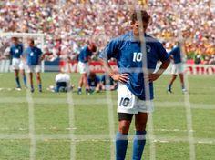 Foto de archivo del 17 de julio de 1994 del delantero de la selección italiana, Roberto Baggio, tras fallar un penal contra Brasil en la fin...