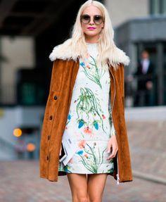 Poppy Delevingne usa look Hi-lo com vestido mini florar + casaco alongado.