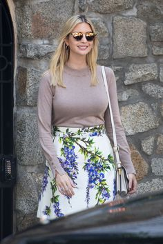 Isn't she sweaty? Ivanka was wearing a sweater despite the hot local temperature Ivanka Marie Trump, Ivanka Trump Style, Ivanka Trump Pictures, Donald Trump Daughter, Hollywood Divas, Very Beautiful Woman, First Lady Melania Trump, Sweater And Shorts, Celebs