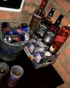 sem buxixo, máximo respeito e muita coletividade Party Drinks Alcohol, Alcoholic Drinks, Whiskey Bottle, Vodka Bottle, Teen Drinks, Rauch Fotografie, Alcohol Aesthetic, Poses Photo, Alcohol Is A Drug