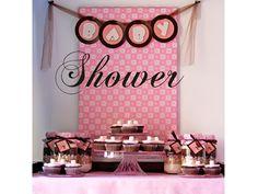 Aquí les dejo imágenes con detalles de la pequeña mesa de postres de un baby shower que realizamos a inicios del año. La paleta de colores en esta ocasión fue de rosa, blanco y chocolate. Y los postres consistieron en cupcakes, chocolates y malvaviscos decorados en forma de mini cupcake.