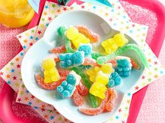 Discover the recipe Homemade candies with fruit juices on cuisineactuelle. Homemade Baby Foods, Homemade Candies, Candy Recipes, Baby Food Recipes, Bonbon Fruit, No Sugar Foods, Vegan Kitchen, Candy Party, Gummy Bears
