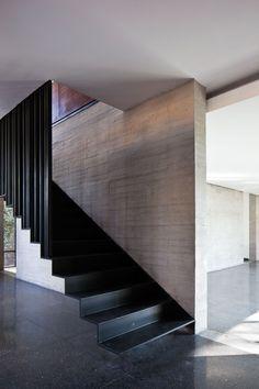 Casa Fuentes, con escaleras voladas, bastante bonitas, en donde se puede apreciar que no tiene nada abajo que la sostenga, lo cual hace que se vean los espacios mas grandes.