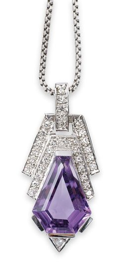 An amethyst diamond pendant in the style of Art-déco with necklace  18 ct. white gold. The pendant with an amethyst in hexagonal triangle cut of fine colour (1,5 x 1,1 cm), framed by 33 very small circular cut diam. in total c. 0,30 ct. Necklace 14 ct. white gold l. 50 cm.