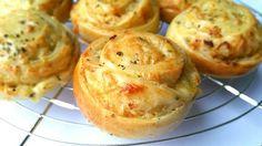 Deze kaasuibroodjes laten je huis heerlijk ruiken wanneer ze in de oven staan. Gebruik hiervoor vers geraspte kaas, dat geeft veel meer smaak.