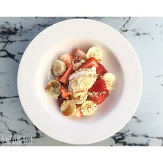 Coconut Milk Yoghurt w/ Oats, Strawberries & Banana. Topped w/ Chia, Coconut Blossom Syrup & Flakes Almonds | WeEatWhat