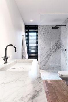 mármore + madeira + torneira e chuveiro em metal preto #decor #banheiro #bathroom