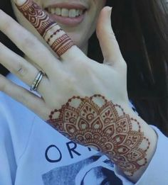 Awesome design and stain 😍😘 Credit for vid ❤ ______________________________ Are you interested in Learning Henna Art ? Henna Tattoo Kit, Henna Tattoo Designs Simple, Finger Henna Designs, Mehndi Designs 2018, Modern Mehndi Designs, Mehndi Designs For Beginners, Mehndi Design Photos, Mehndi Designs For Fingers, Dulhan Mehndi Designs