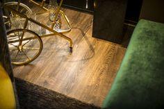 Un ambiente contemporáneo, de vivienda, donde los pisos ayudan a dar la sensación de calidez, estos, también son altamente resistentes, de encaje perfecto (instalación) y se puede sentir la veta de la madera al pasar la mano sobre el.  Pisos : Delarko  Casa Cor 2014