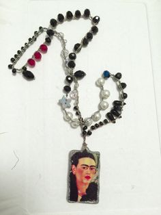 Collana all'uncinetto con cristalli e ciondolo Frida Kahlo