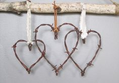 Stacheldraht Valentine Herz von oldcrowantiques auf Etsy Barbed valentine heart from oldcrowantiques on Etsy Barb Wire Crafts, Metal Crafts, Wood Crafts, Metal Projects, Art Projects, Horseshoe Crafts, Horseshoe Art, Rustic Crafts, Country Crafts